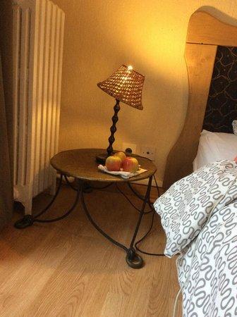 Appi Hotel : ベッドサイドのランプ(リンゴは持参品のおやつ)