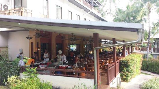 Horizon Karon Beach Resort & Spa: friendly chefs making the best omlettes