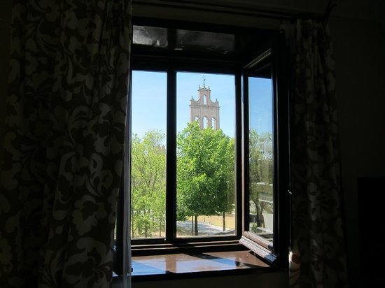 Parador de Avila : Window viewing the gate