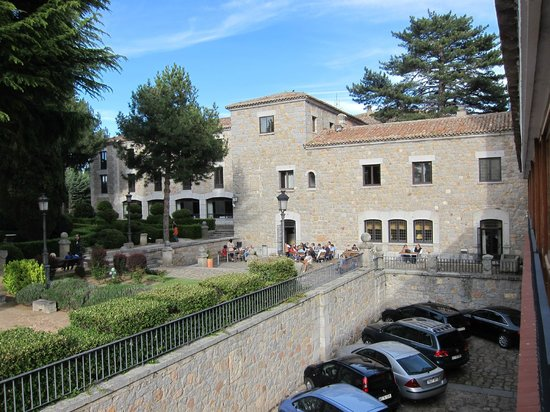 Parador de Avila : Parking and the parador building