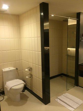 Novotel Phuket Kata Avista Resort and Spa : Huge shower room - left side with the loo and shower