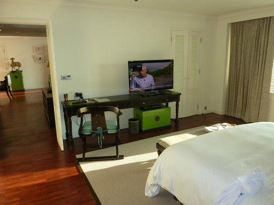 InterContinental Samui Baan Taling Ngam Resort: 1 Bedroom Panoramic Suite bed TV