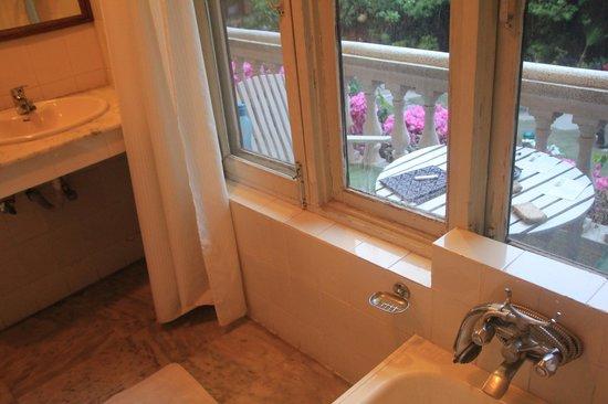 Nirvana Garden Hotel: Bathroom overlooking the balcony and garden area