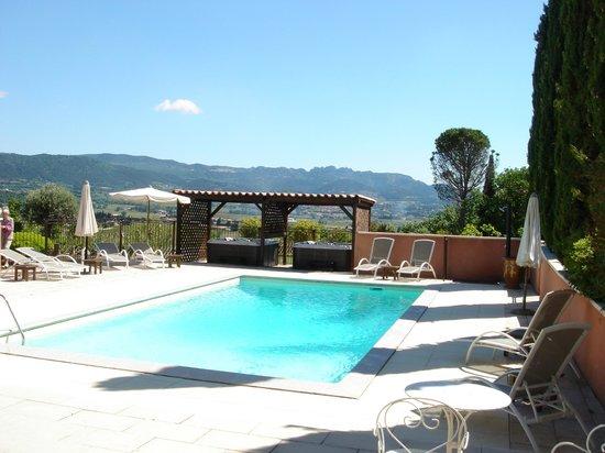 Hotel Restaurant Bellerive : piscine chauffée et jacuzzi avec vue panoramique sur les dentelles de Montmirail