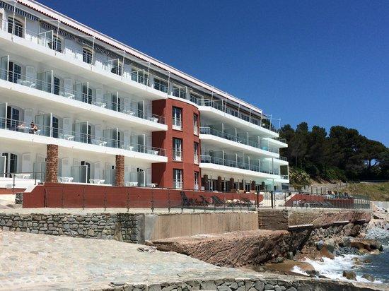 Hotel Les Roches Rouges: Vue de la piscine d'eau de mer à débordement
