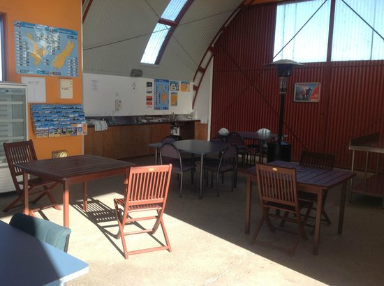 Haast River Motels & Holiday Park: Kitchen & Dining Area