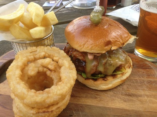The Gladstone Arms: Burger with bbq pulled pork