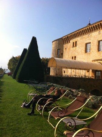 Château de Bagnols : détente après repas somptueux