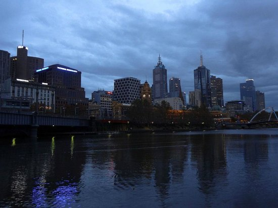Rendezvous Hotel Melbourne: Across the River - Rendezvous (left)