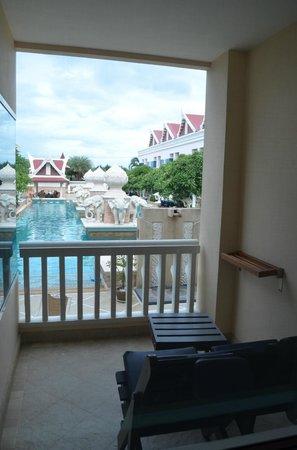 Grand Pacific Sovereign Resort & Spa : Balkon met uitzicht op zwembad