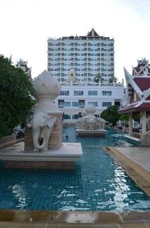 Grand Pacific Sovereign Resort & Spa: Zwembad 1 en Hotel