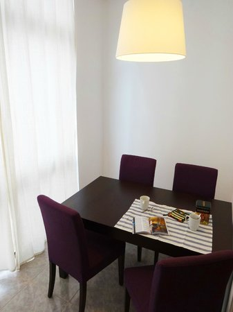 Barcelona Just Like Home: Yellow Apartment - Comedor