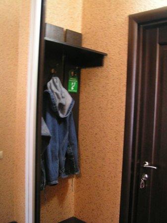 Regina Universitetskaya: Самую верхнюю одежду можно сразу на крючок. Далее идет большой шкаф-купе