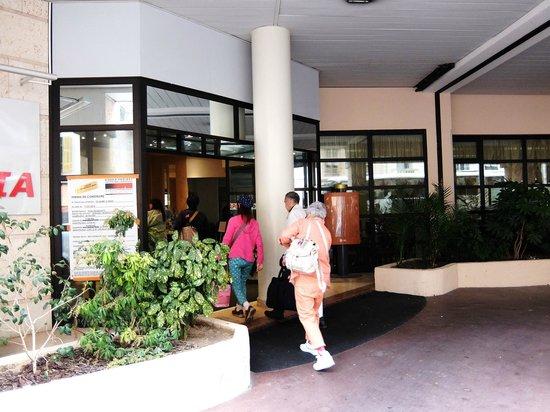 Hotel Apogia Nice: ホテル アポジア ニース ・・・到着玄関入り口付近