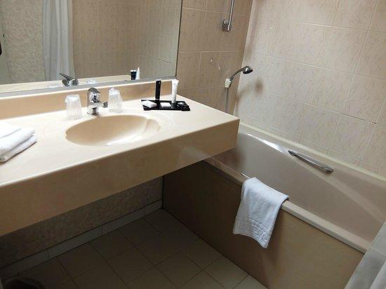 Hotel Apogia Nice: ホテル アポジア ニース ・・・バス、洗面台は多少高め