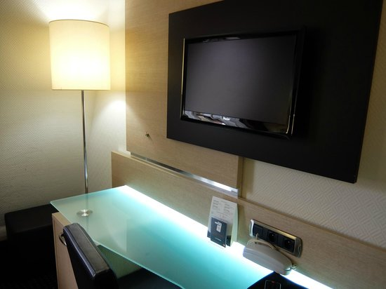 Hotel Apogia Nice: ホテル アポジア ニース ・・・清潔なガラステーブルと大きめな明るいスタンド