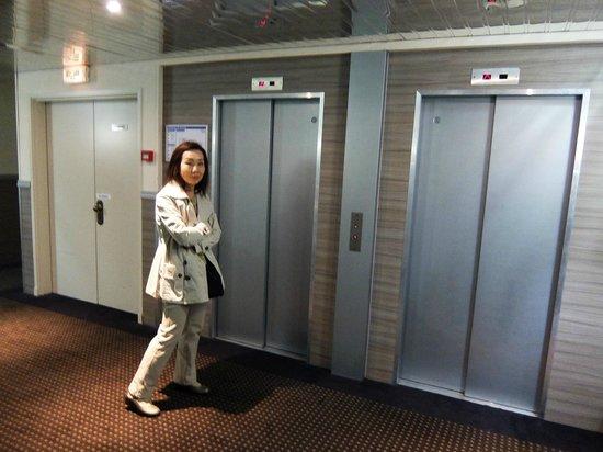 Hotel Apogia Nice: ホテル アポジア ニース ・・・エレベーター二基完備は嬉しい