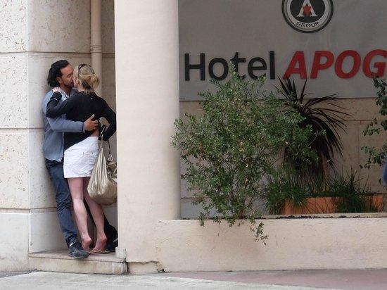 Hotel Apogia Nice : ホテル アポジア ニース ・・・入口奥には偶然に大胆なカップルが
