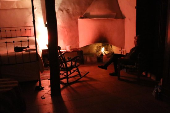 Ambelikos AgroHotel: Cozy fire in room