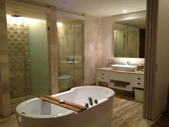 TS Suites Leisure Seminyak Bali: Bathroom