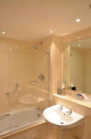 Macdonald New Blossoms Hotel: Bathroom