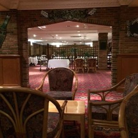 Springfield Country Hotel: Evening dining room. Swimming pool off to the right, below.