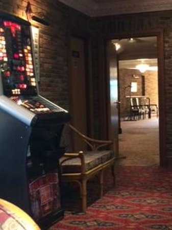 Springfield Country Hotel: Fruit machine and wicker chairs, evening dining.