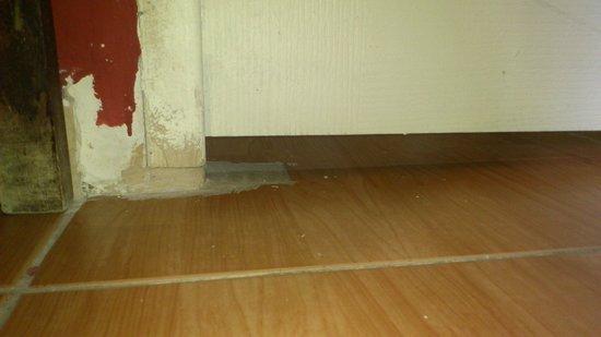 Pension Teruel: 4 cm au bas de porte(utilser une couverture pour eviter les cafards)