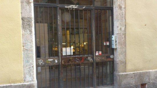 Pension Teruel : porte de l'immeuble exterieur