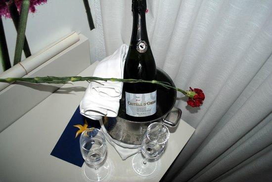 Iberostar Bahia de Palma: Geschenk van het hotel op de kamer (30ste huwelijksverjaardag)