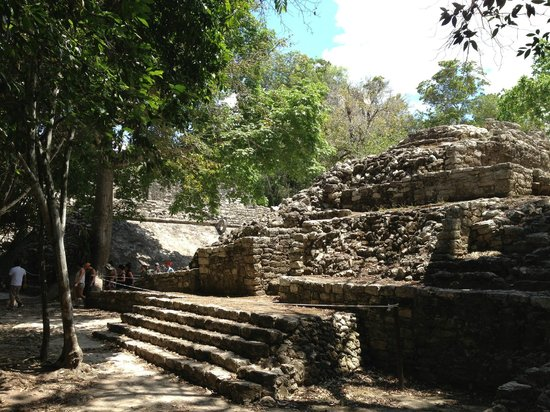 Ruines de Cobá : First fully viewable temple (or ball court) at site