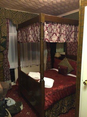 Brighton Marina House Hotel : Beautiful bedroom! Room no. 11