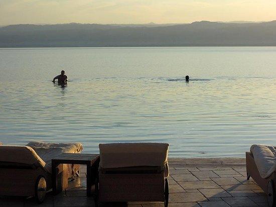 Kempinski Hotel Ishtar Dead Sea: Where does the pool end and Dead Sea begin?