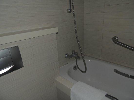 PARKROYAL on Kitchener Road: bathroom