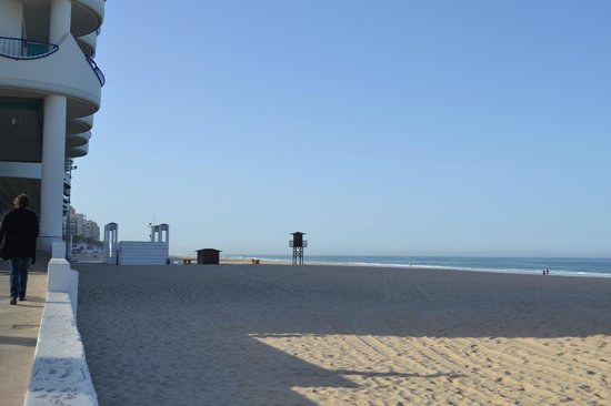 Hotel Playa Victoria: Areia fina, limpa, uma praia para aproveitar.