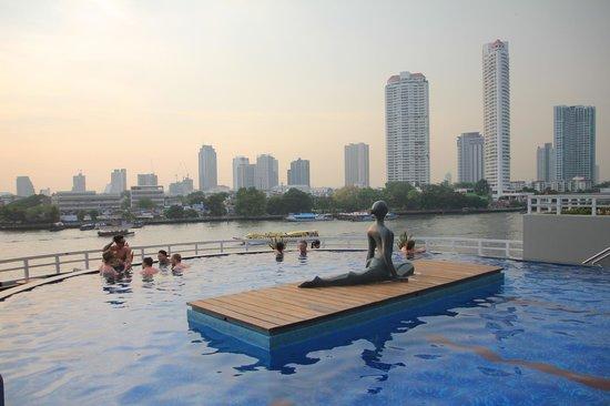 Chatrium Hotel Riverside Bangkok: Infinity pool overlooking the Chao Phraya River