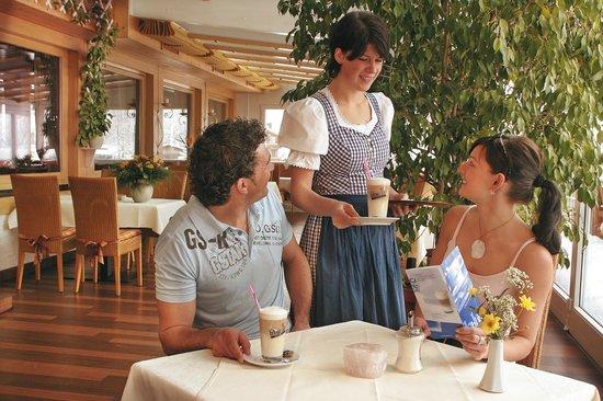 Sonnenbichl Hotel am Rotfischbach: Eis und Kuchen auf der Hotelterrasse