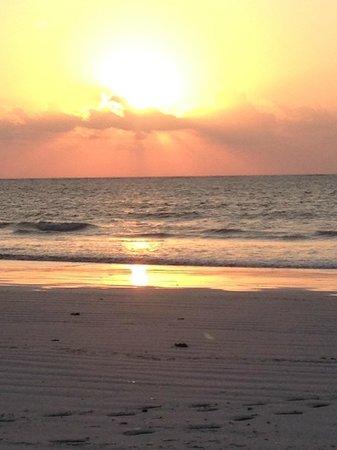 Galu Sea Lodge -Tamani: The Sunrise at the Beach