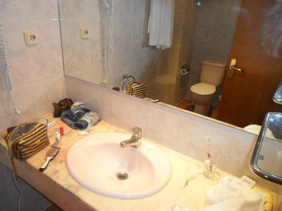 Hotel Cortes: Lavabo con piano in marmo e specchio gigante