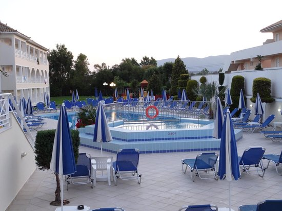 Roseland Hotel: Baby pool/sunbeds (early evening)