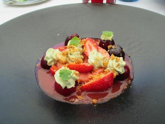 L'Oiseau Bleu: Gaspasho poivrons, fraises, chantilly pistache!!!!!