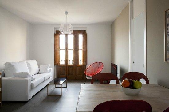 Valenciaflats Torres de Quart: Salón con balcón y sofá cama doble