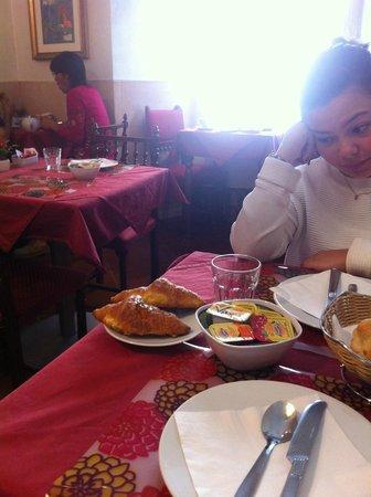 Hotel Picasso : Cramped breakfast room