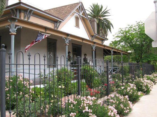 El Presidio Inn Bed and Breakfast : Front of building