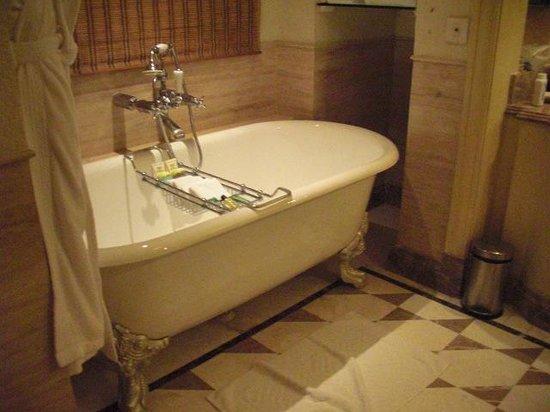 Hilton Mumbai International Airport : bath