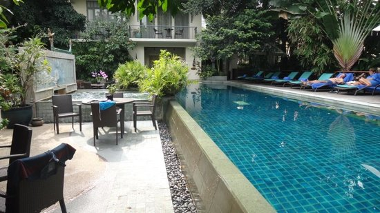 Ariyasomvilla: Pool area, nice in steamy Bangkok