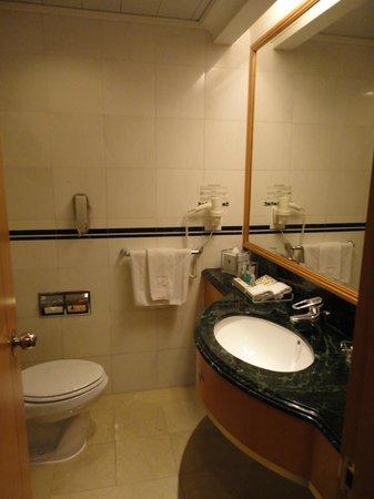 Metropark Hotel Causeway Bay Hong Kong: Bathroom