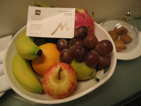 Metropark Hotel Causeway Bay Hong Kong: Fruit on arrival