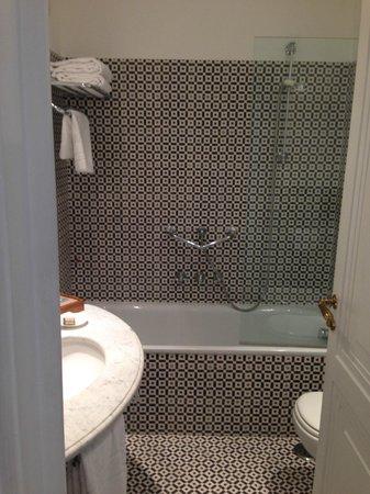 Hotel della Piccola Marina: Banheiro moderno e limpo / Modern and clean bathroom