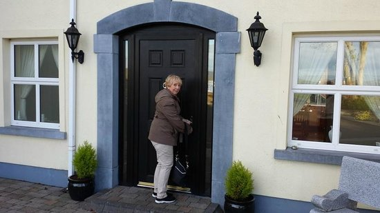 Bunratty Haven Bed and Breakfast : Joanne ringing the bell
